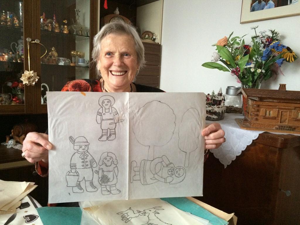 Wie versprochen reichen wir das Bild aus der Sendung nach: Meine Oma, Rosemarie Fischer, zeigt uns die Bauernhof-Vorlage, die sie zum Basteln verwendet hat.