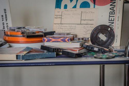 Anschauungsbeispiele für verschiedene Tonbänder und Kassetten auf einem Tisch