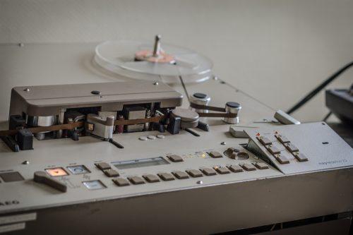 Blick auf ein Tonbandgerät mit Knöpfen und Spulen