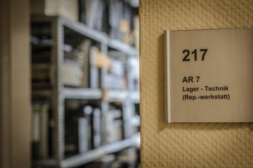 Blick in den Technikraum mit Regalen voller Abspielgeräte für verschiedene Tonbandarten