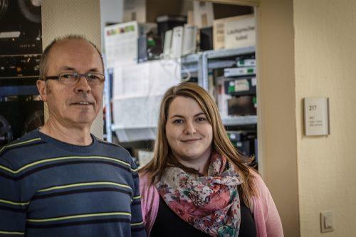 Carste Gebhardt und Katrin Gajewski aus der Tonabteilung vor dem Lager- und Technikraum