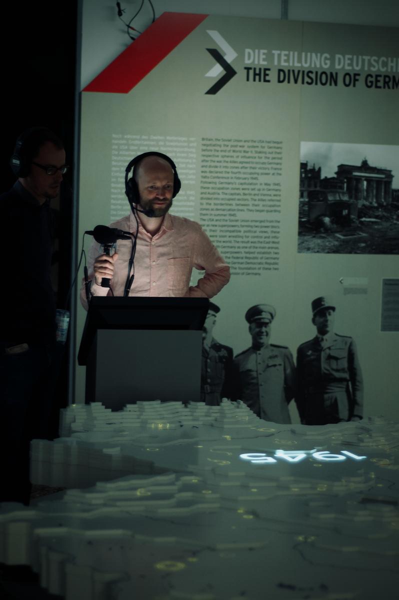 Am Deutschlandmodell sieht man die Bombenabwürfe über Deutschland im Jahr 1945