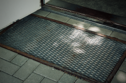 Der Streckmetallzaun wurde nach der Grenzöffnung oft wiederverwendet – wie hier als Fußmatte